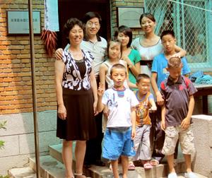 Gruppenfoto mit Deng und seiner Familie